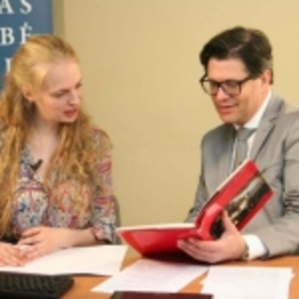Transliacijos vedėja Gabija Daukšaitė bei mados ekspertas dr. Eugenijus Skerstonas
