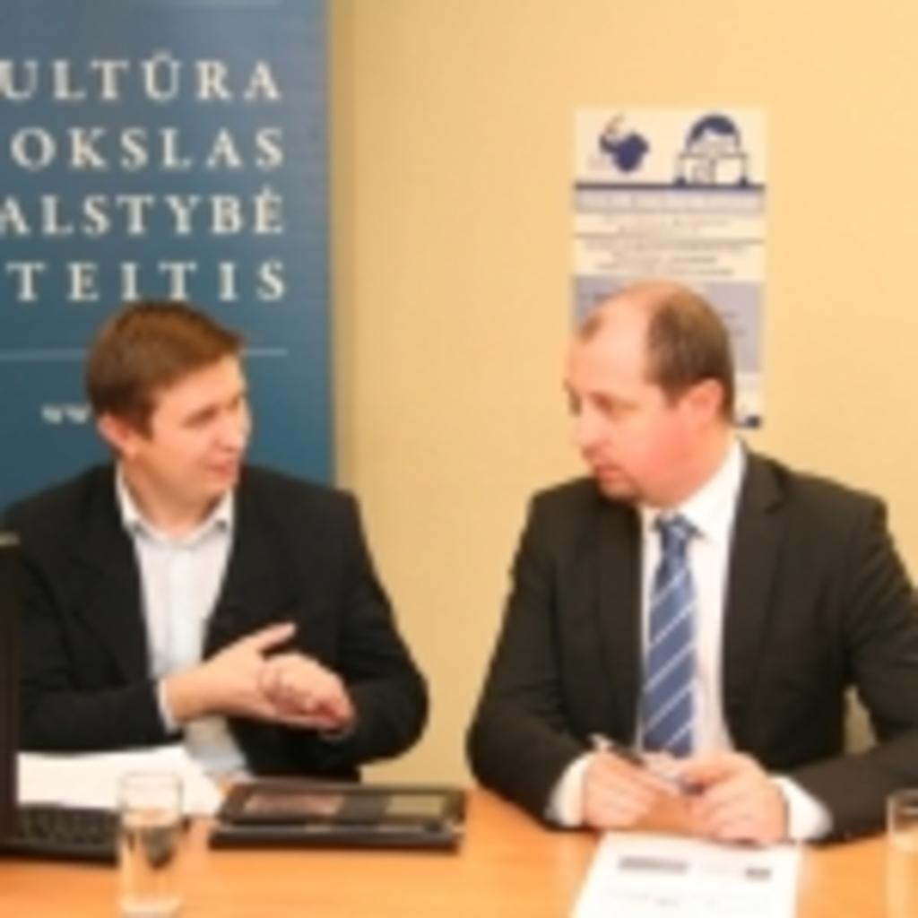 Žurnalistas Aurimas Perednis kalbina LR ūkio ministerijos atstovą Tomą Lavišių