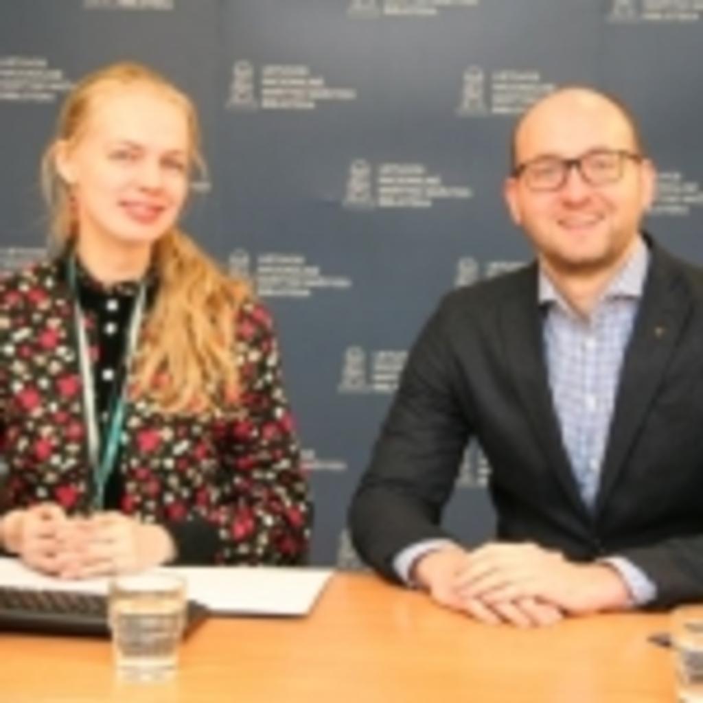 """Transliacijos vedėja Gabija Daukšaitė diskutuoja su UAB """"BMK"""" ir APPLE atstovu Sigitu Liaučiumi apie naujausias IT technologijas ir jų sprendimus bibliotekoms"""