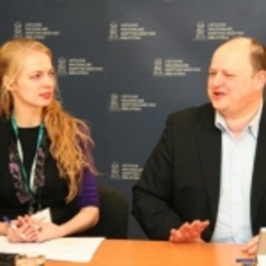 """Transliacijos vedėja Gabija Daukšaitė su UAB """"Microsoft"""" atstovu Šarūnu Končiumi"""