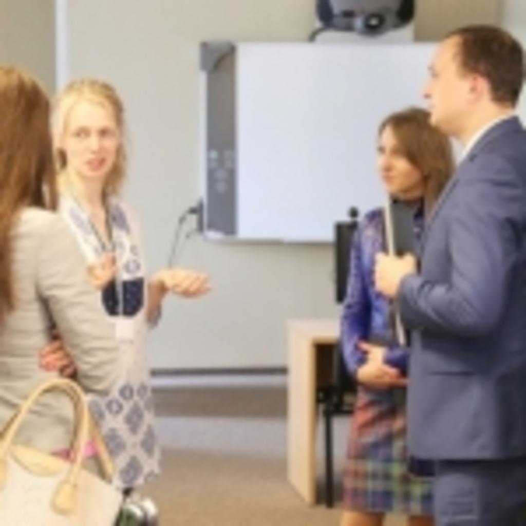 Transliacijos organizatorė Gabija Daukšaitė bendrauja su transliacijos dalyviais