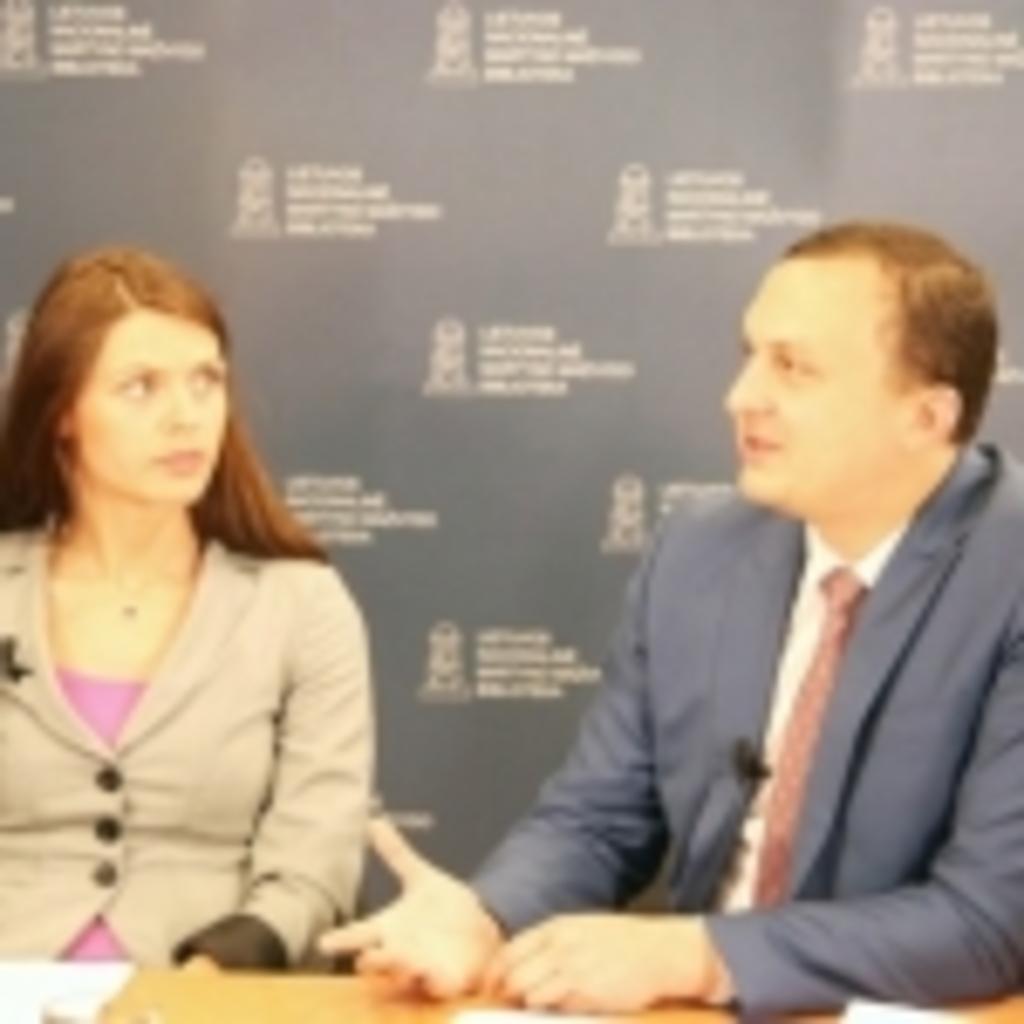 Transliacijos moderatorė Nacionalinės mokėjimo agentūros Komunikacijos skyriaus vyriausioji specialistė Armina Glemžaitė ir Nacionalinės mokėjimo agentūros direktorius Erikas Bėrontas