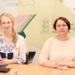 Tiesioginių transliacijų organizatorė Gabija Pankauskienė su Lietuvos pašto Pašto tinklo tarnybos direktore Inga Dunduliene