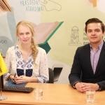 Tiesioginių transliacijų organizatorė Gabija Pankauskienė su Lietuvos pašto atstovu spaudai Tomu Bašarovu