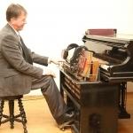 Vienintele Lietuvoje veikiančia senąja pianola muzikavo Lietuvos teatro, muzikos ir kino muziejaus darbuotojas Paulius Steponavičius