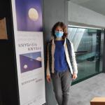 Nacionalinės bibliotekos DKRS aukščiausios kategorijos restauratorė Kristina Lukoševičienė prie parodos stendo