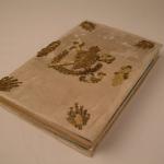 Nacionalinės bibliotekos DKRS aukščiausios kategorijos restauratorės Raimundos Vasiliauskienės restauruotas tekstilinis įrišimas