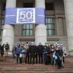 Lietuvos nacionalinės bibliotekos pastatui – 50 metų. Bibliotekos vadovai ir žurnalistai ant jau restauruotų pagrindinio įėjimo laiptų 2013 m. gruodžio 4 d.
