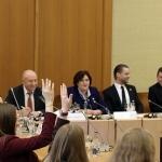 Moksleiviai užduoda klausimus Seimo Pirmininkei