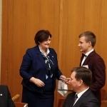 """Seimo Pirmininkė Loreta Graužinienė įteikia padėkos raštą """"Pokalbiai apie emigraciją"""" dalyviui Tautvydui Kabošiui"""