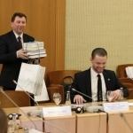 Ukmergės Antano Smetonos gimnazijos direktorius Adolfas Girdžiūna su dovana mokyklai – knygomis apie lietuvių diasporą