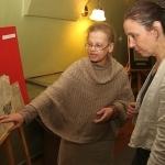 """Dr. L. Lempertienė ir Lyudmila Sholokhova prie parodos """"Nacionalinėje bibliotekoje saugomi YIVO dokumentai – vilnietiško laikotarpio palikimas"""" eksponato"""