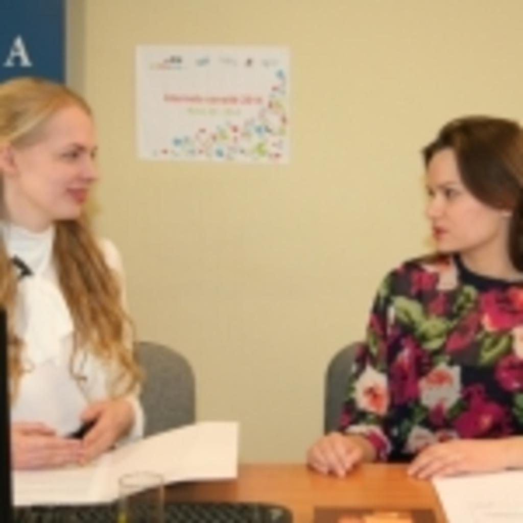 Transliacijos vedėja Gabija Daukšaitė ir Lietuvos banko atstovė Toma Grinytė