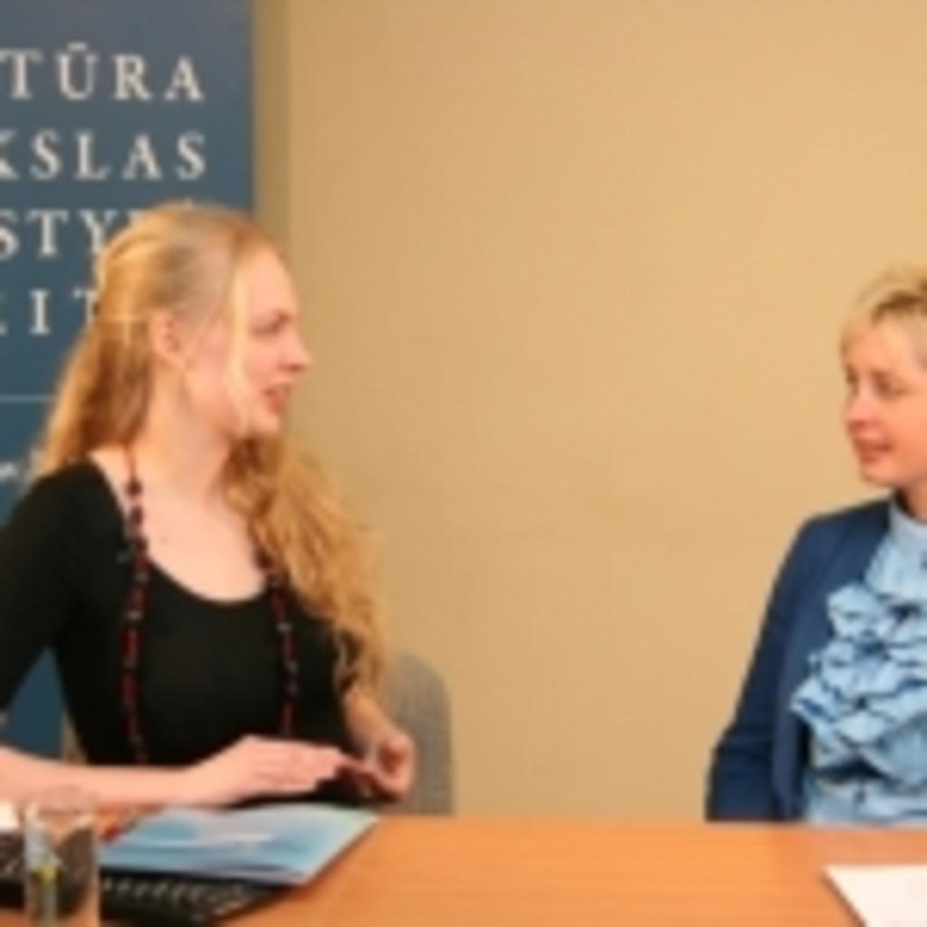 Iš kairės: transliacijos vedėja Gabija Daukšaitė bei Sodininkystės ir daržininkystės instituto darbuotoja Rasa Karklelienė